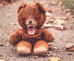 Un ourson en peluche qui fait peur